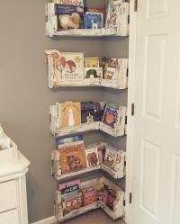 Great for small baby rooms! DIY Pallet Board Bookshelf for