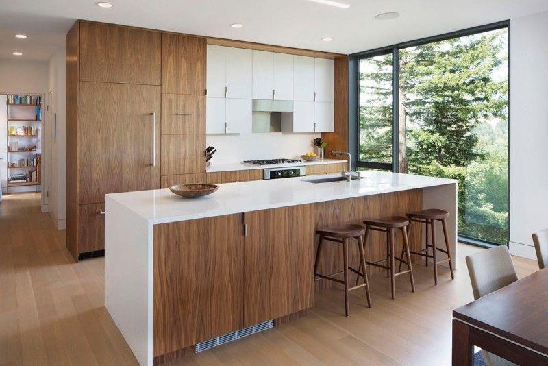 Küche mit weißer Arbeitsplatte und Einbaugeräten Küche - moderne kuchenplanung gestaltung traumkuchen