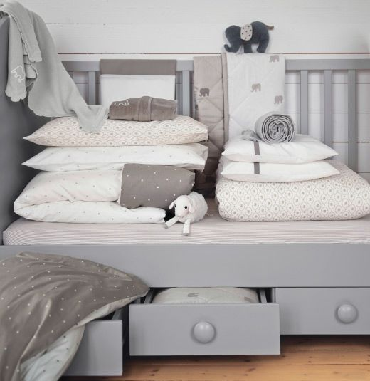 Kinderbetttextilien in Beige und Weiß in einem Kinderbett, u a - beige weis ikea