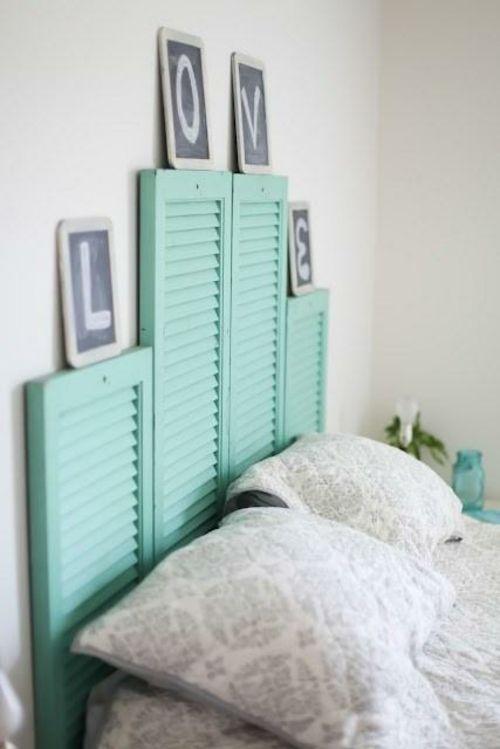 bett kopfteil matratze holzplatten türkis blass fensterladen - schlafzimmer in turkis