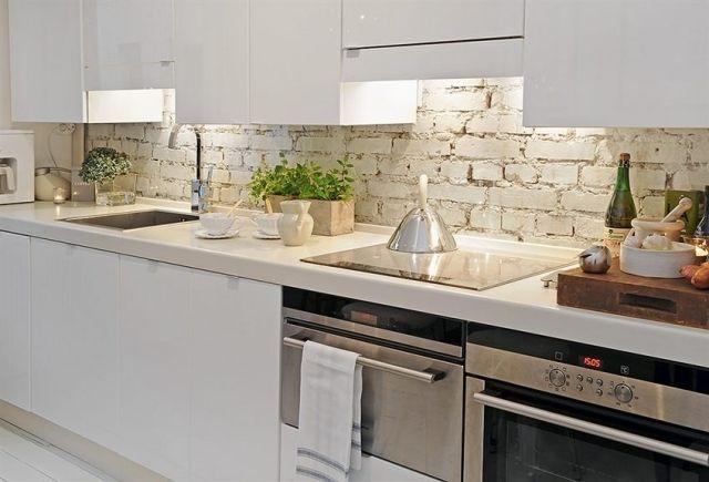 Rustikale Wand Mit Weiß Gestrichenen Ziegeln Küche Landhausstil    Spritzschutz Mit Kuchenruckwand 85 Effektvolle Ideen