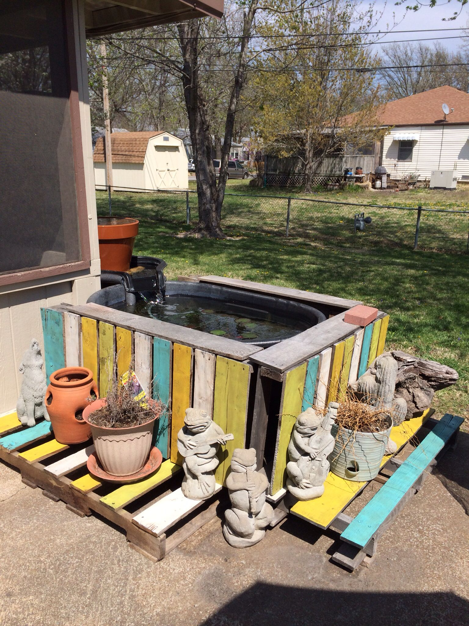 Mini Pool Aus Paletten Painted Pallets Around Pond My Crafty Days Pinterest