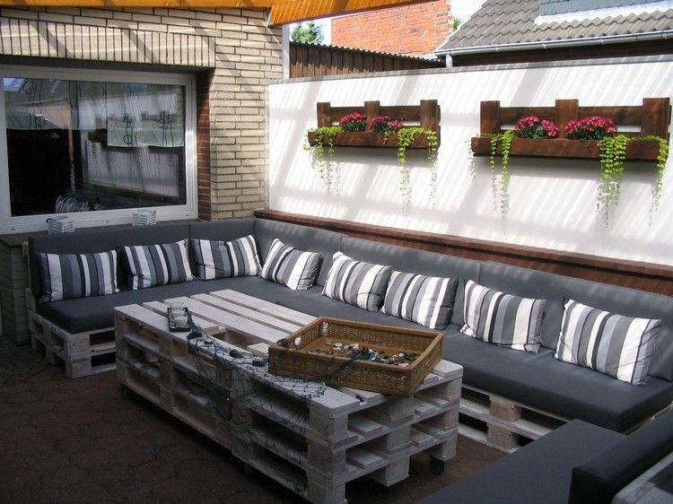 großes Ecksofa, Couchtisch und Wandregale aus Paletten Wohnen - holz mobel aus europaletten bauen