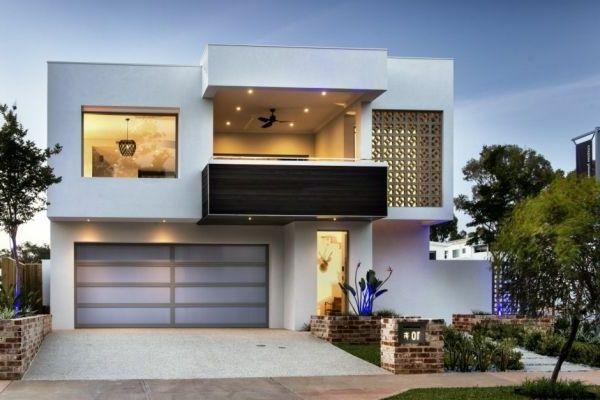 Schöne Terrasse und großer Garage im weißen luxus Haus - Weiß als - fassadenfarben fur hauser