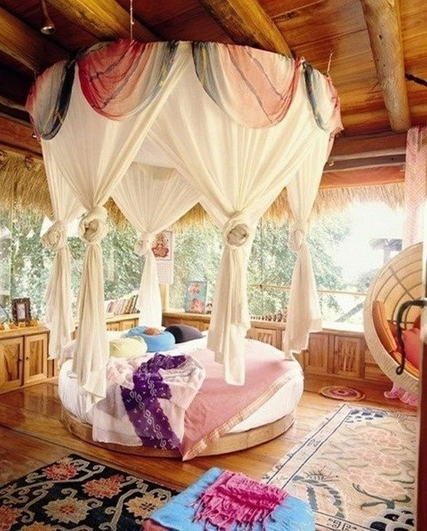 Bett mit vielen Gardinen im Weiß- gemütliche Atmosphäre im - schlafzimmer gardinen ideen