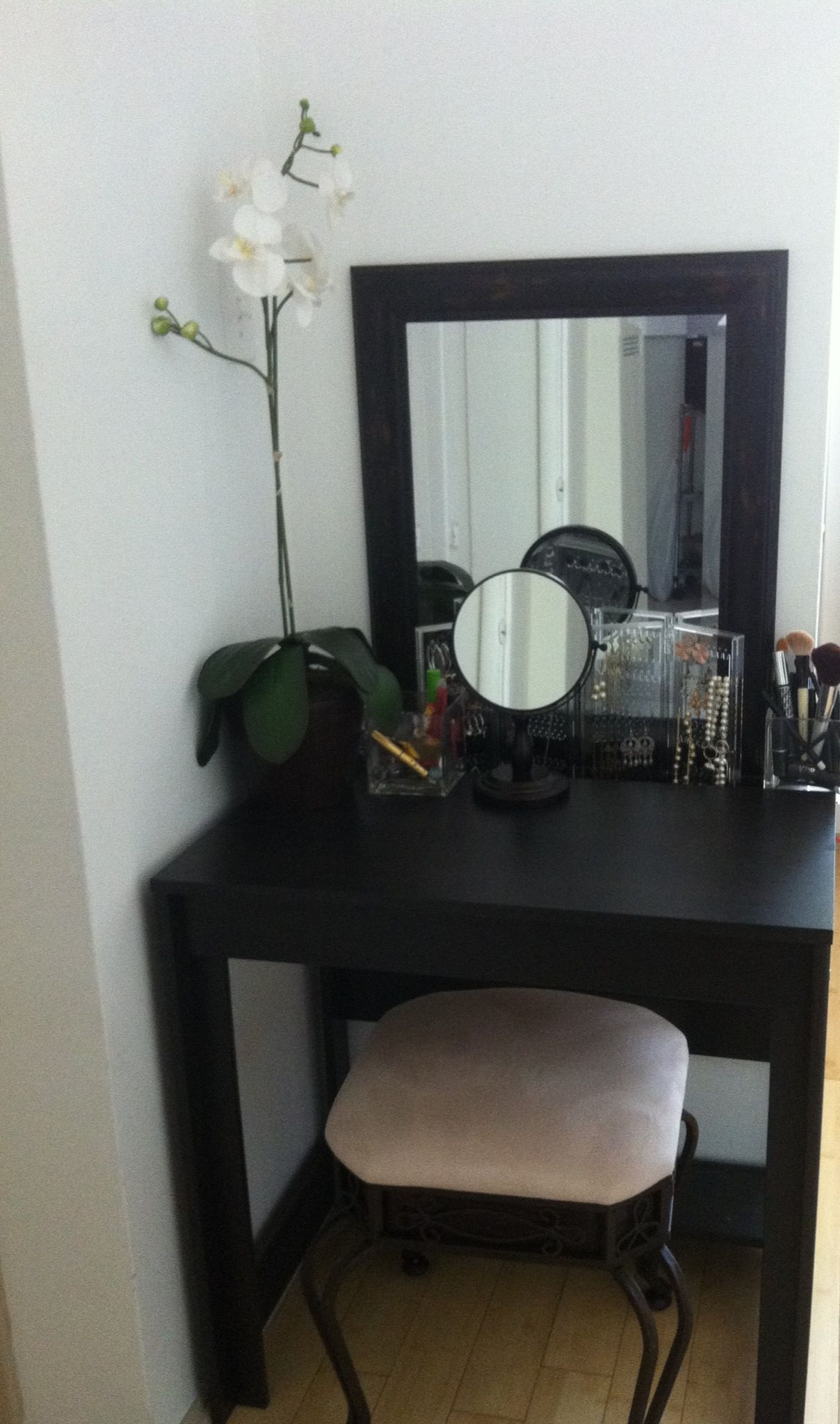 Makeup Vanity Small Spaces Vanity Desk Idea For Small Apartment I Bought The Table