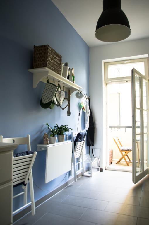 ... Küche In Blau Blaue Wand Mit Mit Weißer Küchenmöbel Und   Kche Farbige  Wand ...