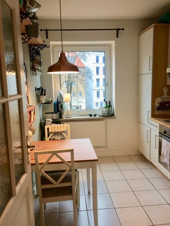 Dieser hübsche, kleine Essbereich in der Wohnküche lädt zum Essen - wohnkuche ideen