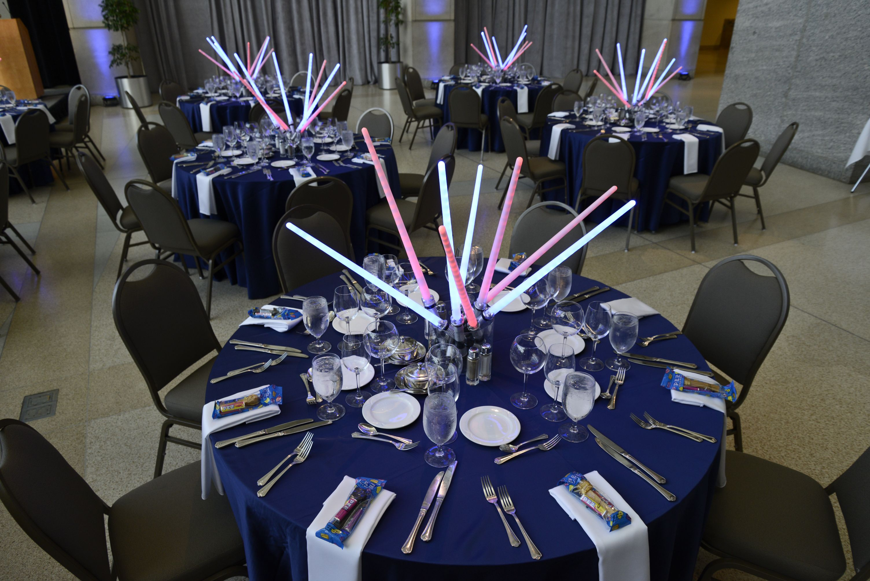 Décoration Table Thème Star Wars How Great Are These Light Saber Centerpieces They
