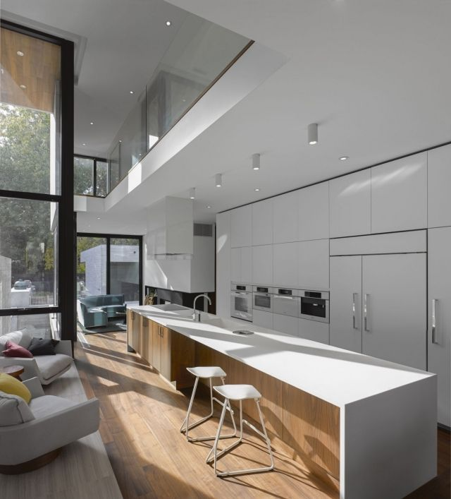 schmale küche weiß matt deckenhohe fenster holzboden moderne - schmale fenster kuechen gestaltung