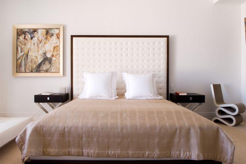 Kopfteil-Bett-weiss-gepolstert-Holz-Rahmen-Schlafzimmer-einrichten - schlafzimmer einrichten holz