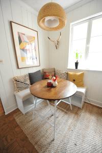 DIY Breakfast Nook with White Desert Modern Decor ...