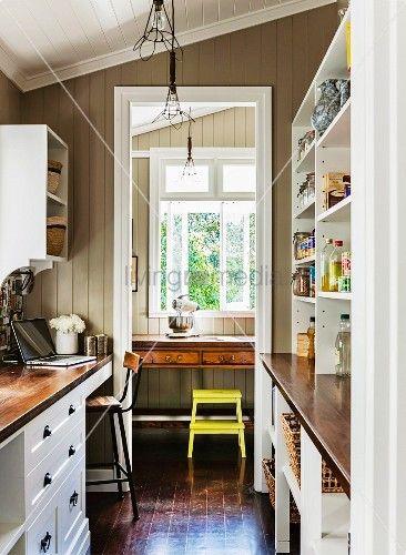Schmale Küche im Landhausstil mit beidseitigem Einbau und Blick - schmale fenster kuechen gestaltung