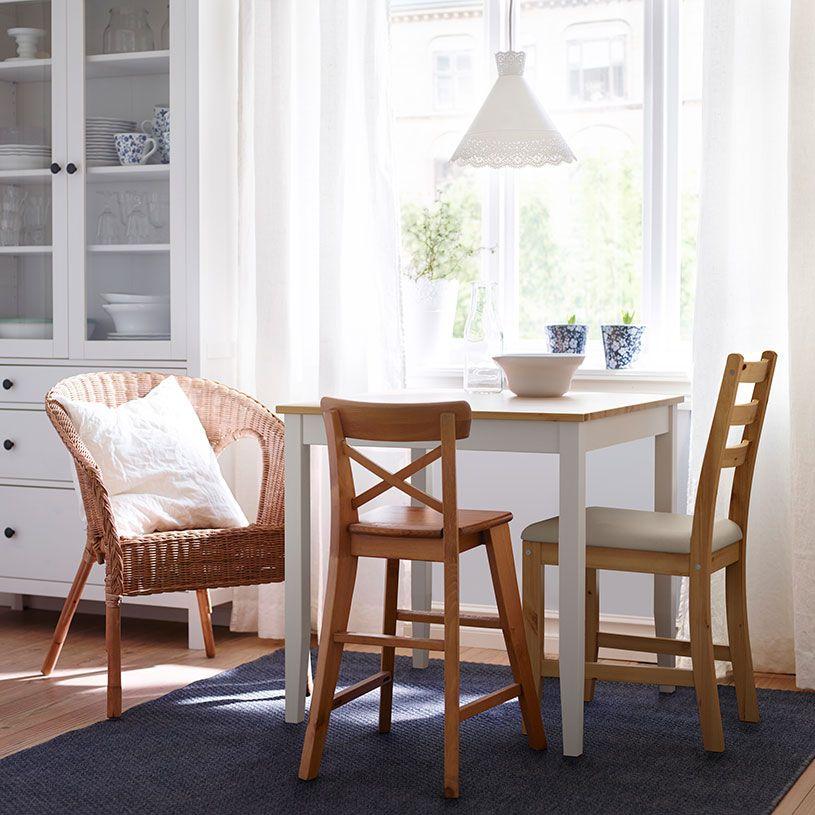 Ein Esstisch mit antik gebeizter Tischplatte und weißen Beinen mit - ikea esstisch beispiele skandinavisch