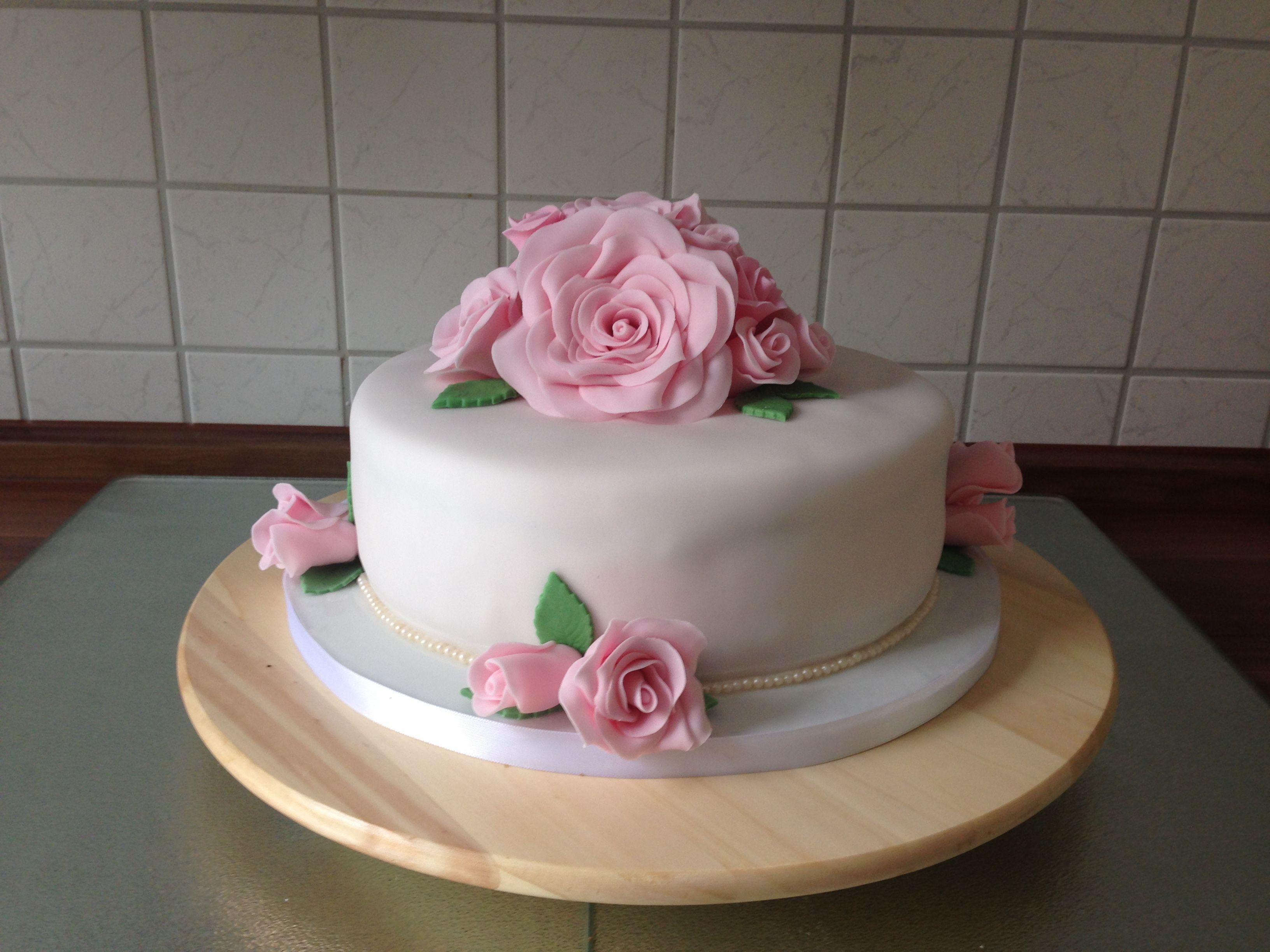 Kuchen Rosa Weiss Hochzeitstorte Mit Rosa Rosen Aus Fondant Und Perlen