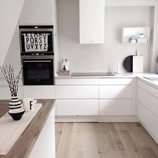 Ein sanftes Braun-Beige als Wandfarbe lässt die weiße Küche - beige kuche