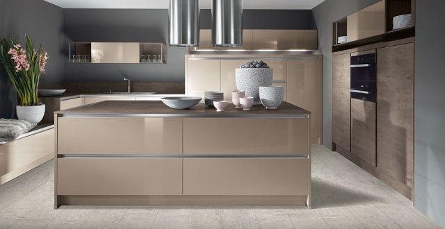 moderne küche kochinsel holz optik beige hochglanz fronten - beige kuche