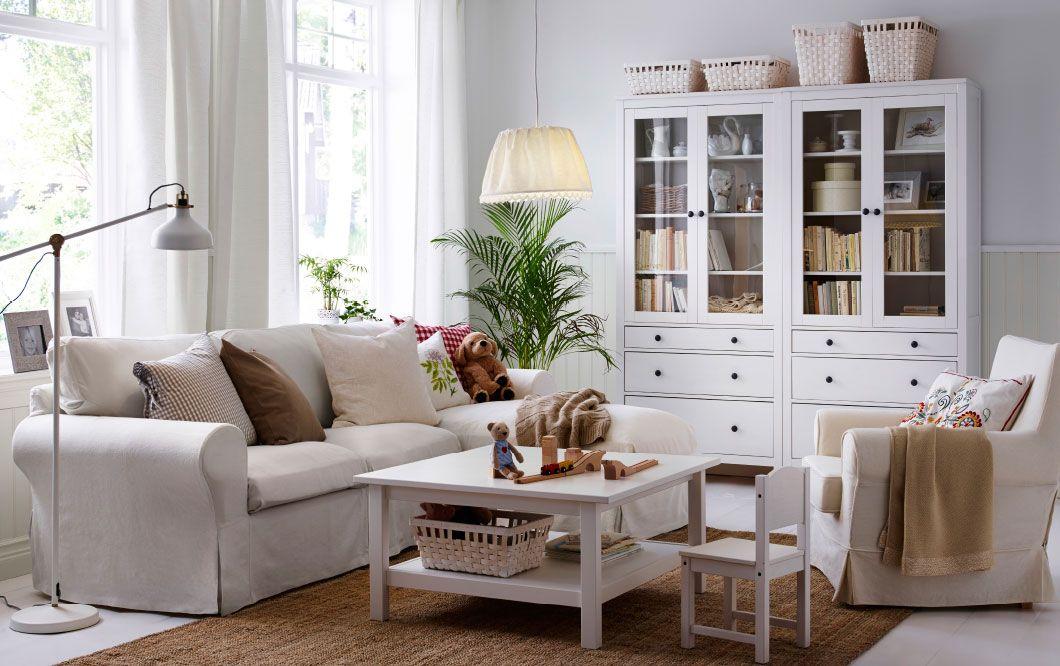 Ein helles Wohnzimmer mit EKTORP 2er-Sofa und Récamiere mit Bezug - ikea wohnzimmer weis
