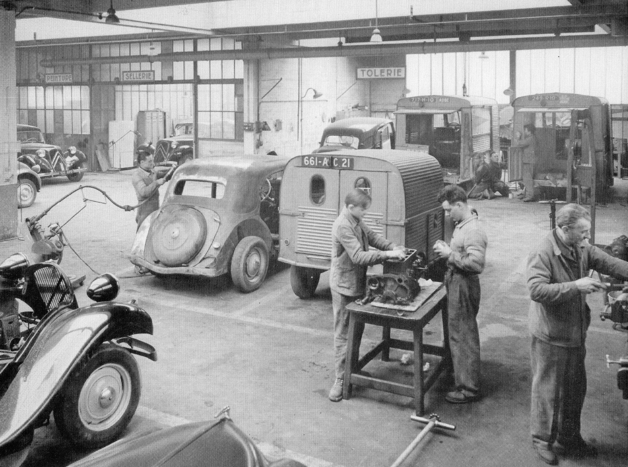 Un Atelier De Garagiste D époque Voitures Françaises