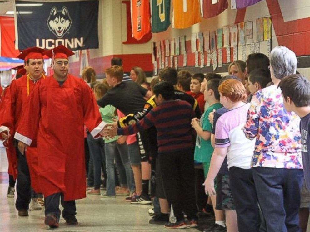 Texas High School Seniors Take \u0027Senior Walk\u0027 to Inspire Younger - seniors high school