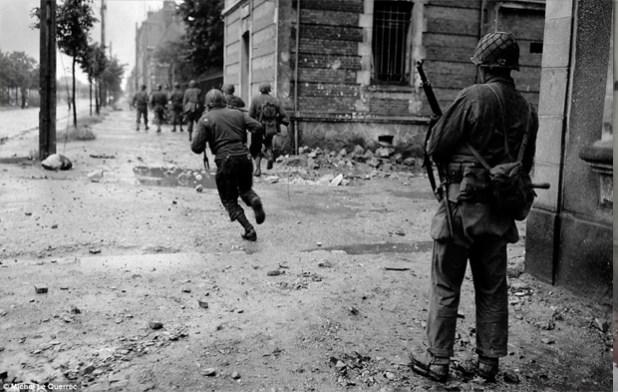 Foto original dos soldados, de 1944 (Foto: Michel Le Querrec)