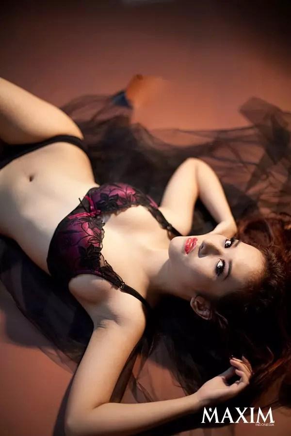Foto Seksi Adinda Cempaka Model Cantik Majalah Dewasa