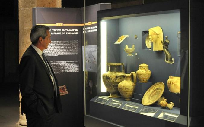 Ο περιφερειάρχης Νοτίου Αιγαίου, Γιώργος Χατζημάρκος, μπροστά σε εκθέματα της μεγάλης παραγωγής που εγκαινιάστηκε την Παρασκευή στο Αρχαιολογικό Μουσείο της Ρόδου, που φέτος συμπληρώνει 100 χρόνια λειτουργίας.(φωτογραφία: Nicolas Nanev)