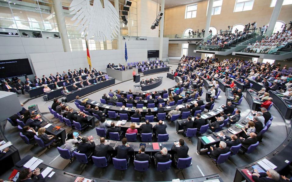 Το Βερολίνο φαίνεται αυτή τη στιγμή να πιέζει για την επιτυχή ολοκλήρωση της πρώτης αξιολόγησης ως «προϋπόθεση» προκειμένου να γίνει η ανακεφαλαιοποίηση των τραπεζών.