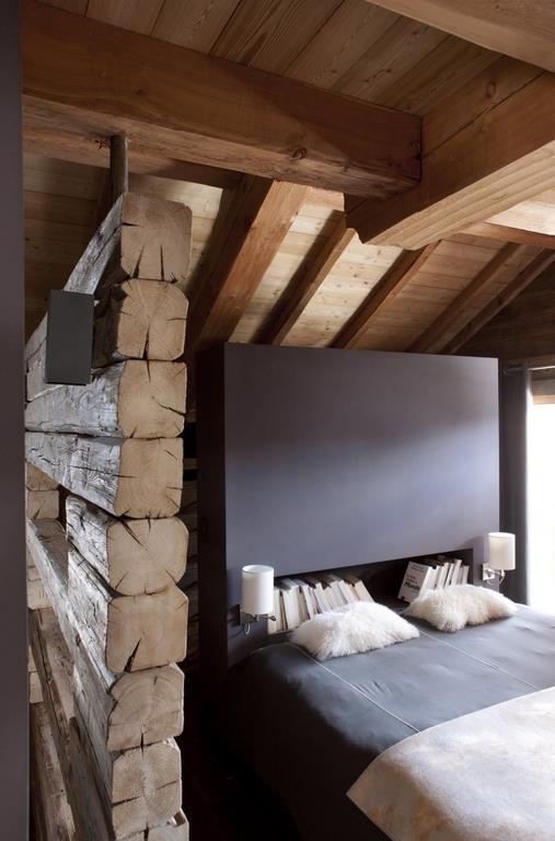 Lit design niché dans une petite chambre mansardée à l\u0027ambiance rustique
