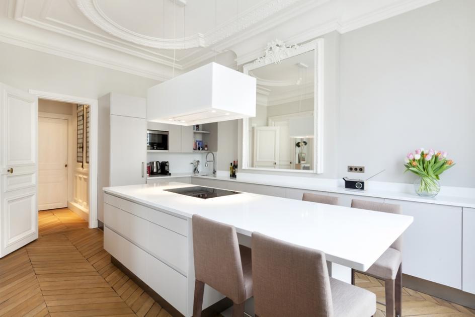 Cuisine contemporaine Pure - Armoires de cuisines Québec Clé en - cuisine avec ilot central et table