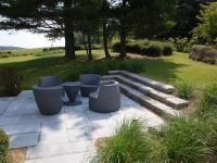 Terrasse avec meubles design au milieu du jardin Paul ...