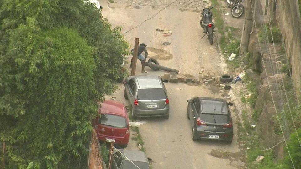 Polícia é acionada para roubo de eletrodomésticos na comunidade Camarista Méier Globocop flagra criminosos descarregando carga de aparelhos eletrônicos roubada no Rio Globocop flagra criminosos descarregando carga de aparelhos eletrônicos roubada no Rio 6416395