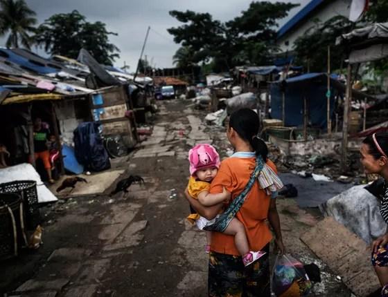 Jacarta, Indonésia Catadoras vivem num assentamento no aterro Bantar Gebang, o maior do mundo, que recebe 6.000 toneladas por ano (Foto: Kadir van Lohuizen / NOOR)