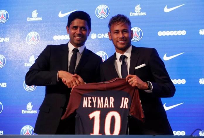 Neymar posa com a 10 do PSG, ao lado do dono do clube, xeque Nasser Al-Khelaifi (Foto: Reuters)