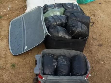 Droga estava em malas escondidas dentro da caminhonete (Foto: Divulgação/PM)