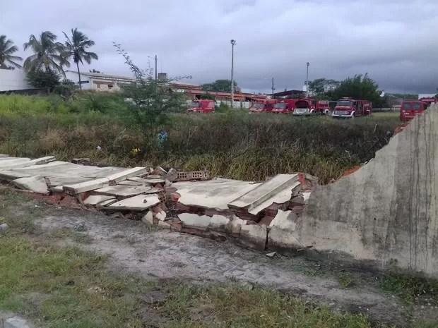 Muro do 4º Batalhão da Polícia Militar caiu após rajadas de vento em Caruaru (Foto: Pedro Jefferson/TV Asa Branca)