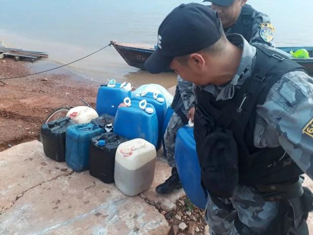 Operação apreendeu grande quantidade de combustível contrabandeado da Bolívia (Foto: Sesdec/Divulgação)