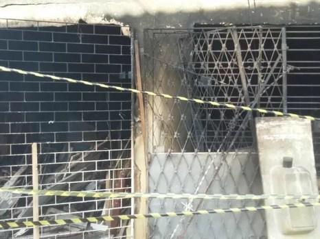 Incêndio em casa na comunidade do Caçote, em Areias, no Recife (Foto: Pedro Lins/TV Globo)