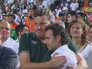 Os prefeitos de Chapecó, Luciano Buligon, e de Medellín, Federico Gutiérrez, se abraçam durante cerimônia às vítimas da queda do avião do Chapecoense (Foto: Reprodução/ YouTube/ Telemedellín+)