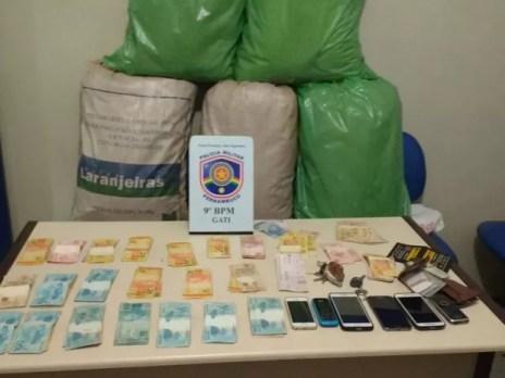 Droga, celulares, dinheiro e carros foram apreendidos com os suspeitos em São João (Foto: Divulgação/Polícia Militar)