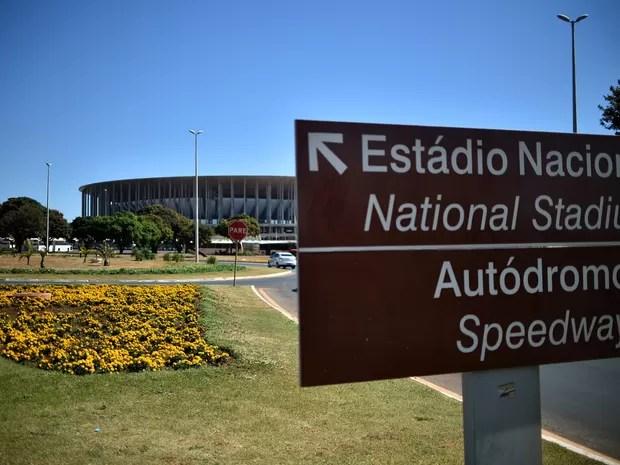Placa indica caminho até o Estádio Nacional, em Brasília, pelo Eixo Monumental (Foto: Andre Borges/Agência Brasília)