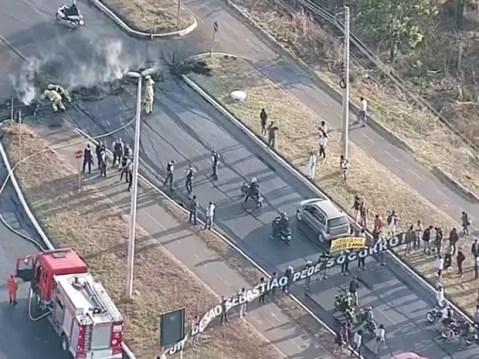 Imagem aérea mostra protesto de moradores de São Sebastião (Foto: TV Globo/Reprodução)