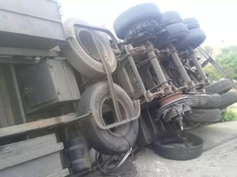 Motorista perdeu o controle do veículo que tombou, na BR-232 em Sanharó. (Foto: (Foto: Divulgação/PRF))