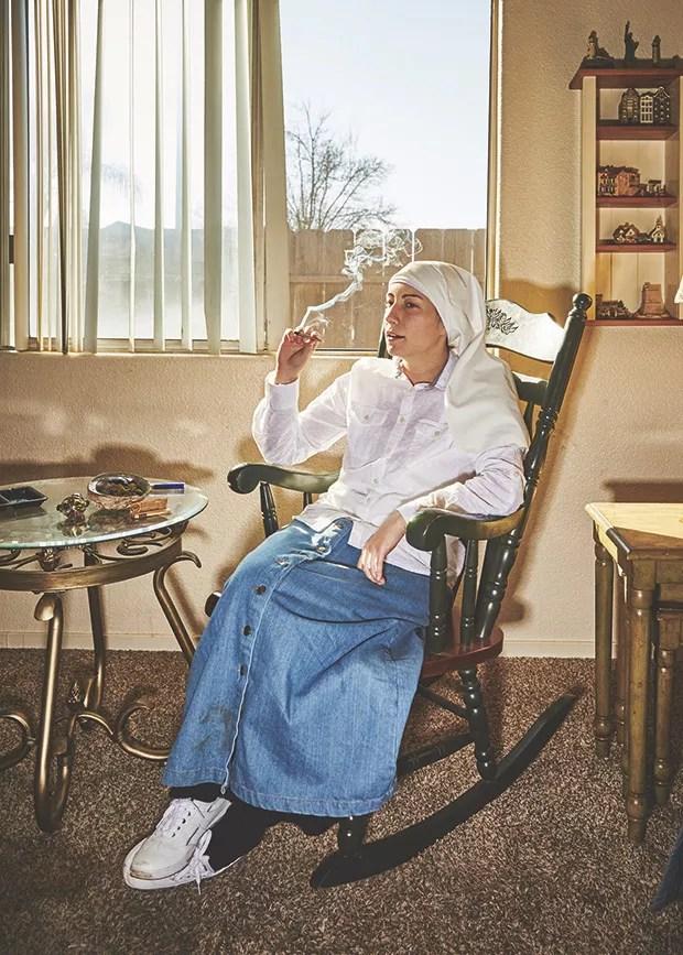 Uma das produtoras da sisters of the valley fuma  um baseado no  QG da empresa (Foto: Shaughn and John)