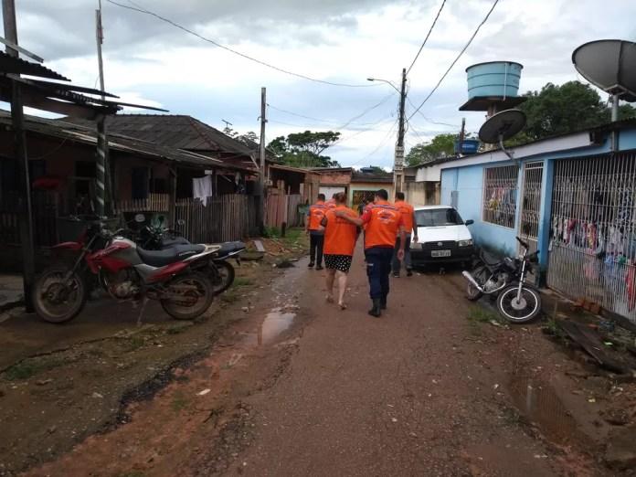 Defesa Civil realiza visitas periódicas para verificar o grau de comprometimento das famílias pelas águas do Madeira (Foto: Toni Francis/G1)