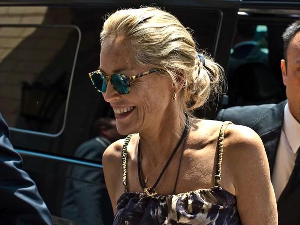 Sharon Stone em Roma, na Itália (Foto: Splash News/ Agência)  Sem maquiagem, Sharon Stone aparece irreconhecível spl578768 004