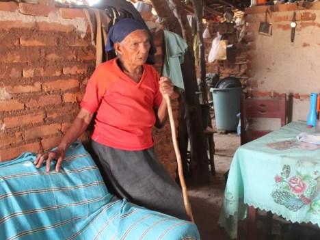 Angélica dos Santos diz que já ficou sem água até para beber. (Foto: Taisa Alencar / G1)