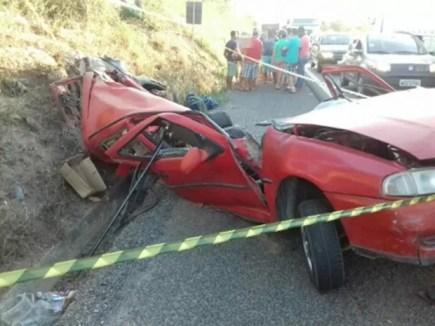 Motorista invadiu a contramão e carro ficou destruído na BR-232 (Foto: Divulgação/PRF)