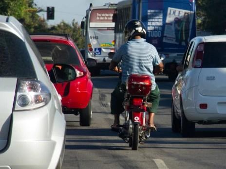 Condutores passarão a ser multados a partir de julho. (Foto: Jonathan Lins/G1)