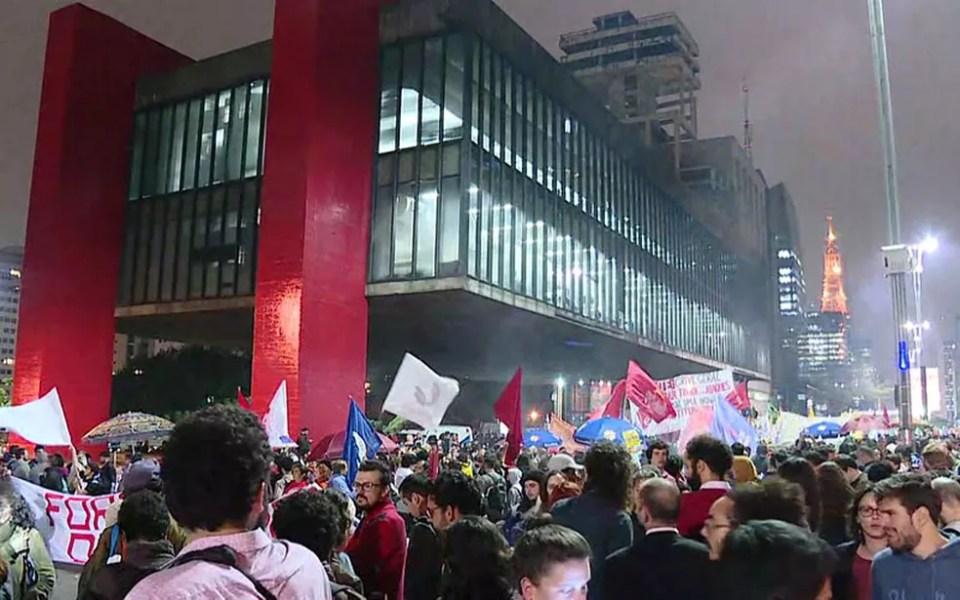 Manifestantes fazem protesto na Avenida Paulista contra Temer e por eleições diretas (Foto: GloboNews/Reprodução) Movimentos sociais, sindicais e estudantis pedem a saída de Temer em atos na Av. Paulista Movimentos sociais, sindicais e estudantis pedem a saída de Temer em atos na Av. Paulista pta98